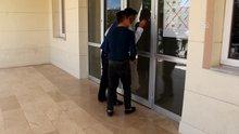Sivas'ta oğlu sınava geç kalan baba kapıları yumrukladı