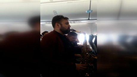 Yüksekova uçağında metrelerce yükseklikte müzik resitali