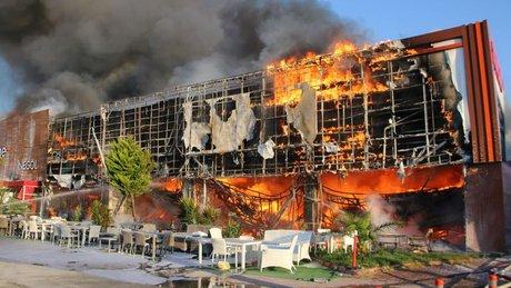 İzmir'de çıkan yangın alışveriş merkezini kül etti