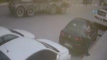 Ataşehir'de freni boşalan beton mikseri dereye uçtu