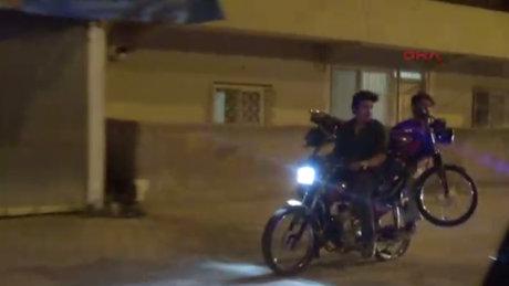 Adana'da motosikleti, başka bir motosikletle taşıdılar