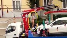 Aracının çekilmesine engel olmaya çalışan Rus kadın