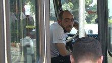 Sürücü bayılınca minibüsü yolcular durdurdu