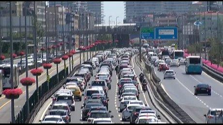 Bayramın ilk gününde E-5 Karayolu ve TEM Otoyolu'nda trafik durma noktasına geldi