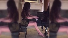 Güzel piyanist yeteneğini konuşturdu