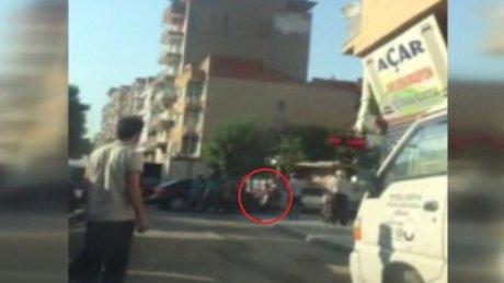 Sinirlenen sürücü aracıyla motosikleti ezdi