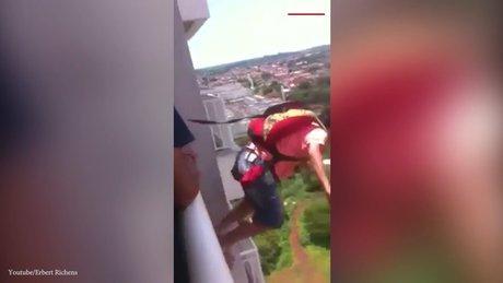 İnternetten aldığı paraşütle balkondan atladı