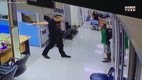 Elindeki bıçakla karakola giren saldırganı polis bakın nasıl durdurdu