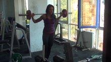 Milli sporcu Selin Nalıncı yana hamle hareketini gösterdi