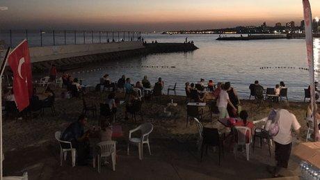 Sıcaktan bunalan İstanbullular Caddebostan Sahili'ne gitti