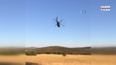Skorsky pilotu helikopterle Mehmetçiği selamladı