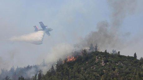 İzmir'deki yangını soğutma çalışmaları havadan görüntülendi