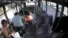 Şoföre sinirlenen kadın yolcu otobüsü taş yağmuruna tuttu