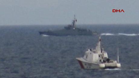 Ege'de Türk Sahil Güvenlik botları yanaşmak isteyen Yunan botlarını engelledi