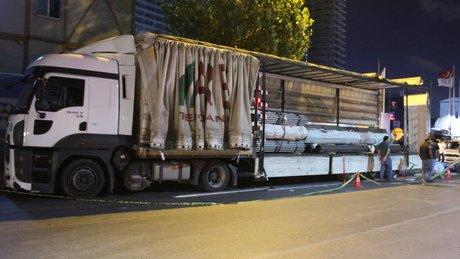 İstanbul Küçükçekmece'de TIR'ın dorsesinde sıkışan 3 yabancı uyruklu yaralandı