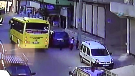 Yola kaçan topun peşinde koşan kız otobüsün altında kaldı
