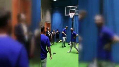 Messi basket atarken Arda Turan terlik attı