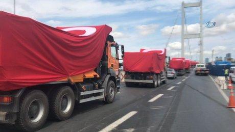 Kamyonlar, dev Türk bayrakları ile 15 Temmuz Şehitler Köprüsü'nden geçti