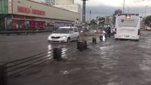 Metrobüsleri su bastı