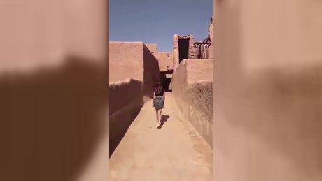 Mini etekli kız Suudi Arabistan'da olay oldu