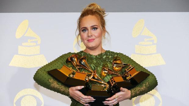 Ünlü şarkıcı Adele artık konuşamıyor!