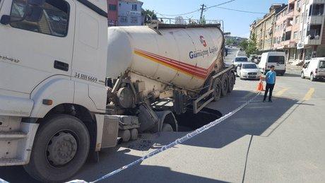 Seyir halindeki kamyon çukura düştü