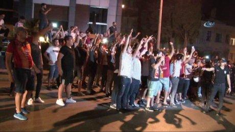 Galatasaraylı taraftarlar Florya'ya akın etti
