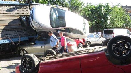 İstanbul Beykoz'da otomobil taşıyan nakliye TIR'ı kaza yaptı