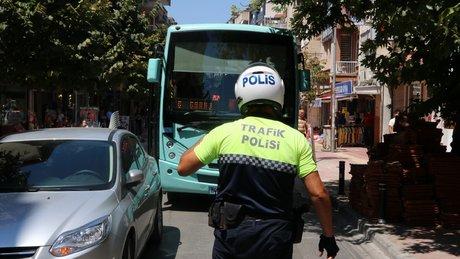 Halk otobüsü şoförü yol kapattı