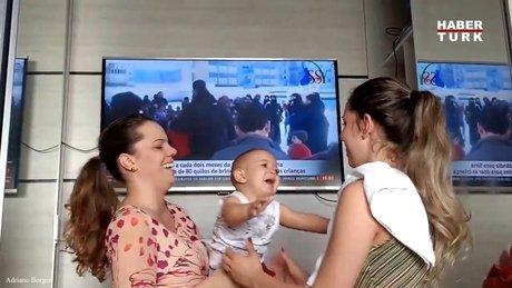 Annesinin ikizini görünce aklı karışan bebek