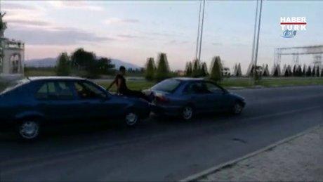 Karaman'da arızalanan otomobili böyle ittiler