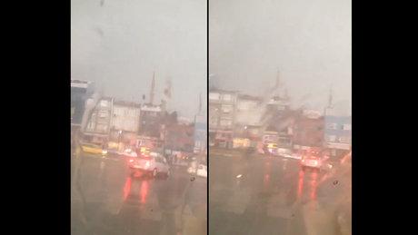 İstanbul Ataşehir'de şiddetli fırtınada bir minare böyle yıkıldı