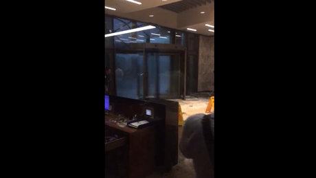 Ataşehir'de bir AVM'nin kapısının camları patladı