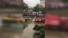 Minibüs üzerinde kalan yolcular böyle kurtarıldı