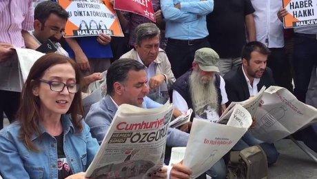 Adliye önündeki grup, Cumhuriyet Gazetesi yazarlarının yazılarını okudu