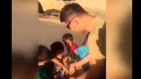 Askeri personel sınırda çocuklara çikolata dağıttı