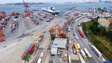 Haydarpaşa Limanı'nda fırtınadan devrilen vinçler havadan görüntülendi