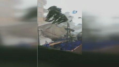 Şiddetli fırtına pazar yerini savaş alanına çevirdi