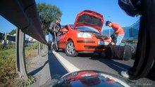 E-5'in ortasında araç motoruna sıkışan kediyi kurtarma telaşı kamerada