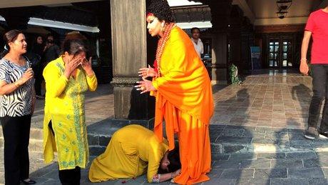 Nepalli kadınlar Bülent Ersoy'un ayaklarına kapandı!