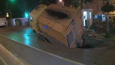 Maltepe'de kamyon, çöken yola düştü