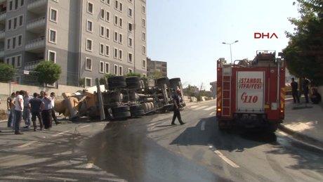 Kağıthane'de beton mikseri devrildi