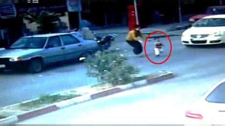 Otomobilin önüne fırlayan oğlunu kurtaramadı