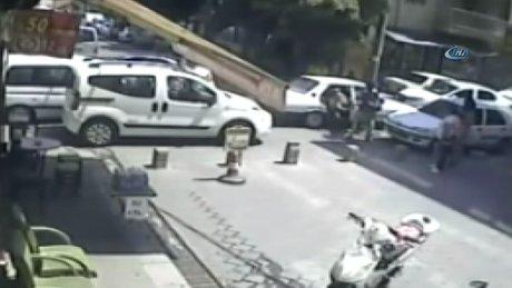 """İki kadının trafik tartışması """"tekme tokat"""" kavgaya dönüştü"""