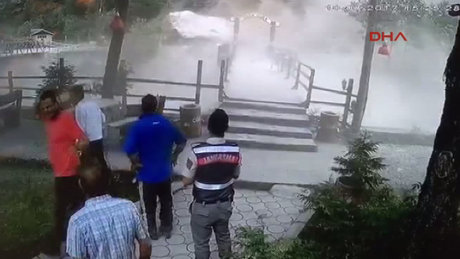 Trabzon'da kaya parçası yola düştü, ortalık toz duman oldu