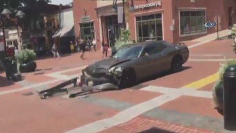 Virginia'da bir araç göstericilerin arasına daldı: çok sayıda yaralı var