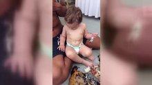 Babasının taklidini yapan bebek