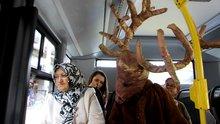 Azalan geyik nüfusuna dikkat çekmek için geyik kostümü giydi