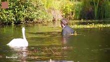 Johnny depp takım elbiseyle göle atladı