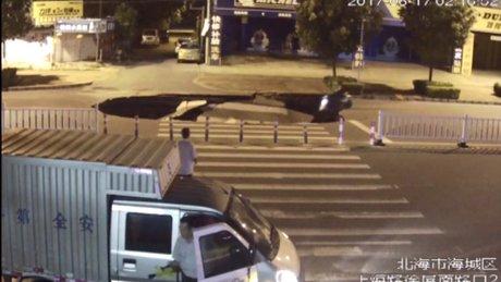 Çin'de motosiklet sürücüsü yoldaki koca çukuru görmedi!
